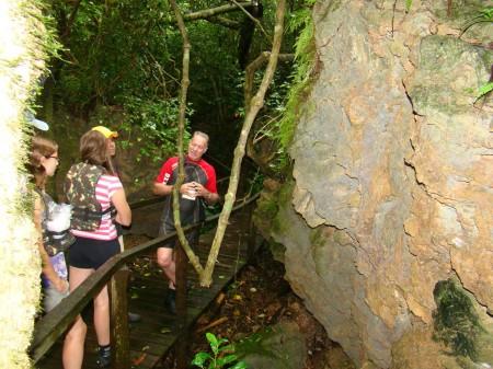 O guia Martins durante a trilha na Estância Mimosa, Bonito - MS