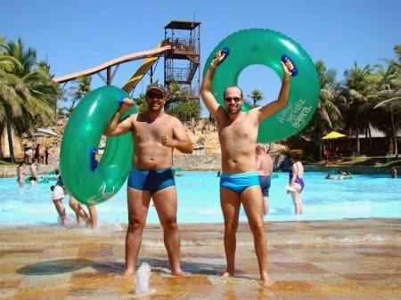 Diversão também na piscina de ondas