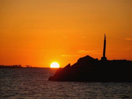 Um belíssimo pôr-do-sol no mar de Fortaleza