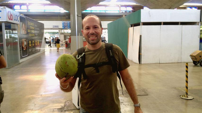 Tomando um côco na Rodoviária de Fortaleza