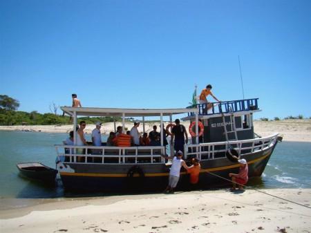 O barco para praticamente em cima da areia