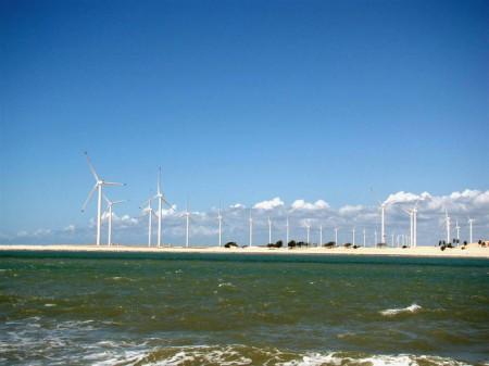 Parque eólico visto do outro lado do Rio Jaguaribe