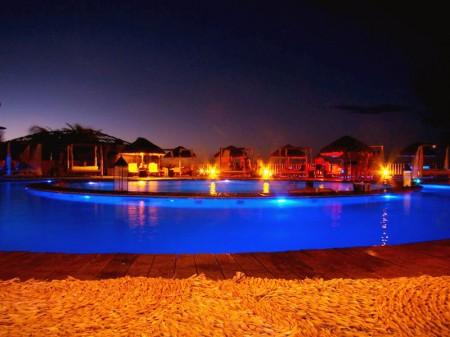 Iluminação especial da piscina do Long Beach Canoa Quebrada