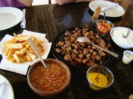 Almoço típico na Barraca Chega Mais