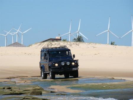 A Land Rover e o parque eólico ao fundo