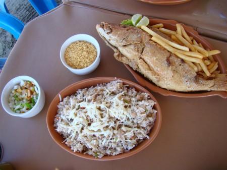 Peixe-frito e Baião de Dois na parada para o almoço em Flexeiras