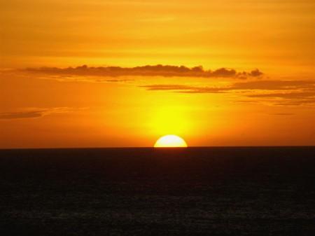 O mágico momento que o sol toca o mar