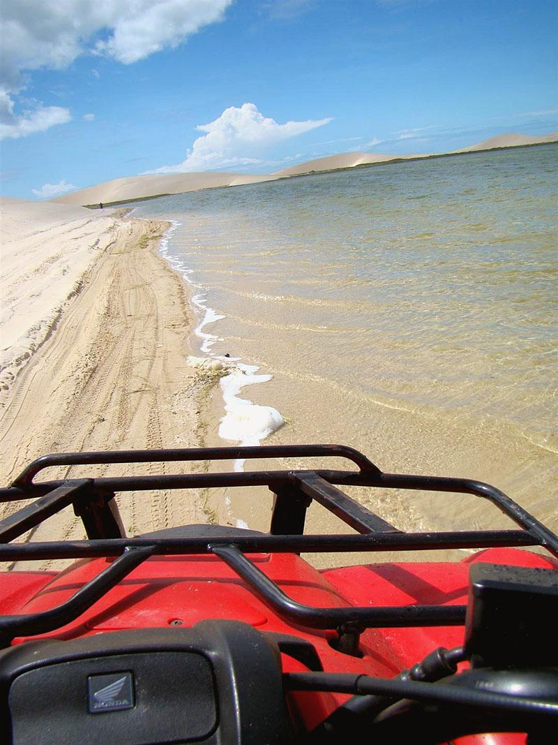 A diversão é garantida no passeio de quadriciclo pelas dunas e lagoas