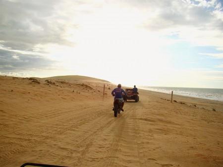 Caminho pela praia até a Pedra Furada