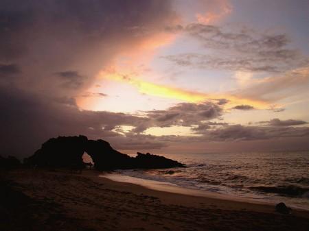 Muitas nuvens no pôr-do-sol na Pedra Furada