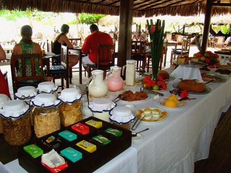 Essa é uma das três mesas do café da manhã no My Blue Hotel