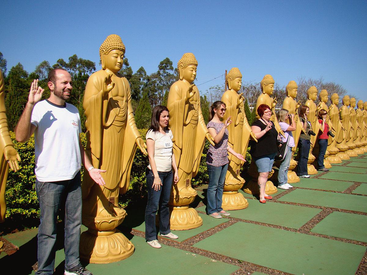 Imitando as estátuas no Templo Budista