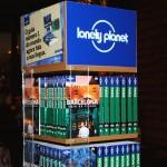 Display com os Guias Lonely Planet em Português - Divulgação: Globo Livros