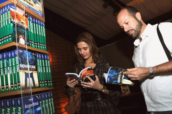 Maurício Oliveira e Clarissa Donda com os Guias LP - Divulgação: Globo Livros
