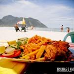 Pratos deliciosos servidos a beira-mar