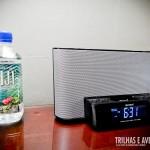 Água engarrafada e rádio com entrada para iPod