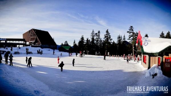 A pista de patinação no gelo é uma das atrações em Grouse Mountain