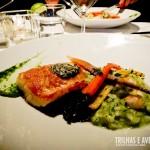 Salmão e risoto de ervas com legumes - Raincity Grill