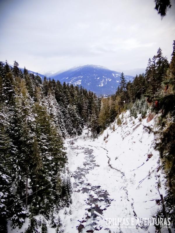 O rio que corta as montanhas de Whistler e Blackcomb