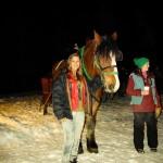 Raquel Iendrick ao lado de um dos cavalos que fazem os passeios de trenó