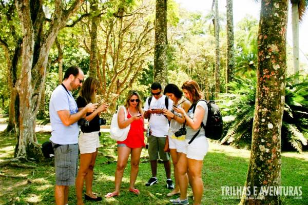 Blogueiros compartilhando informações durante um passeio no Jardim Botânico - RJ