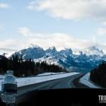 Montanhas cobertas por neve nos acompanham na bela estrada