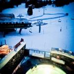 Vista do quarto para a piscina aquecida e a estação de ski
