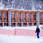 Subindo na esteira para minha primeira aula de ski