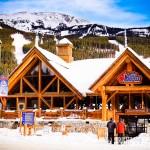 O Lake Louise Ski Area fica bem no pé da montanha