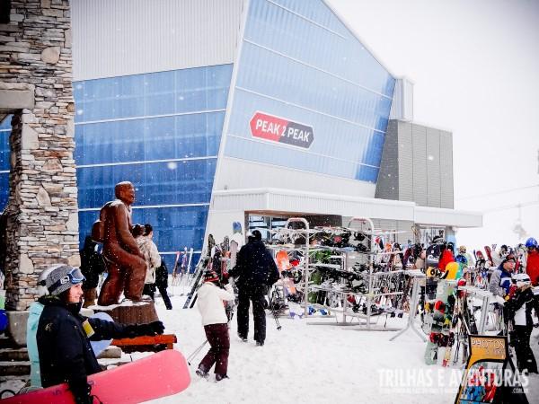 """Lojas, restaurantes e """"estacionamento"""" para skis e snowboards"""