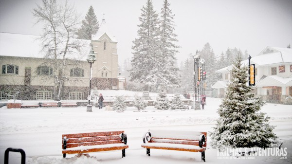 Vista da rua principal no inverno em frente ao Mount Royal Hotel