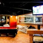 Salão de jogos e lounge no The Banff Ave Brewpub