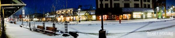 Uma panorâmica da rua coberta de neve em Banff. Apaixonante!