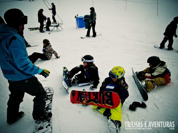 Grupo de crianças em sua primeira aula de Snowboard
