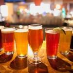Cervejas artesanais de diversos sabores no The Banff Ave Brewpub
