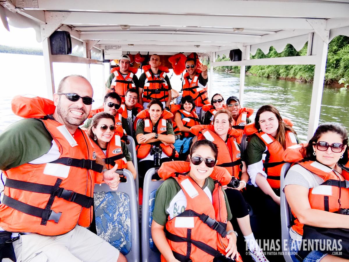 Navegando de lancha no Rio Iguaçu para encontrar o Poço Preto