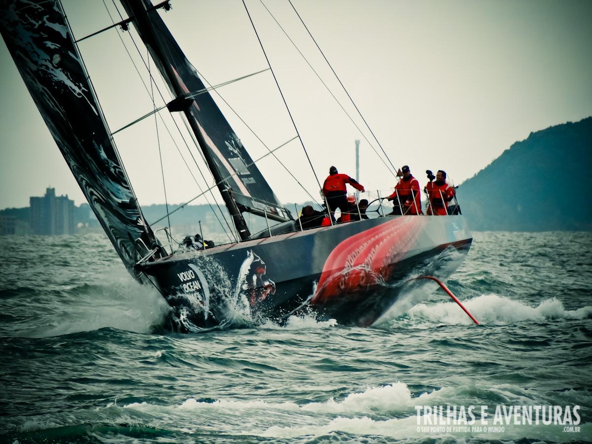 Cortando as ondas do mar durante a regata de Itajaí