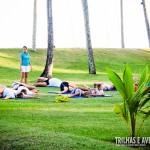 Alongamento e yoga no gramado