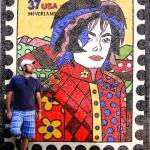 Na laje do Michael Jackson com arte do Romero Brito