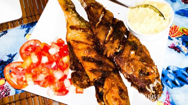 Peixe-frito com salada, farofa, batata-frita, arroz e feijão