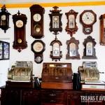 Coleção de relógios antigos em um restaurante de Paraty