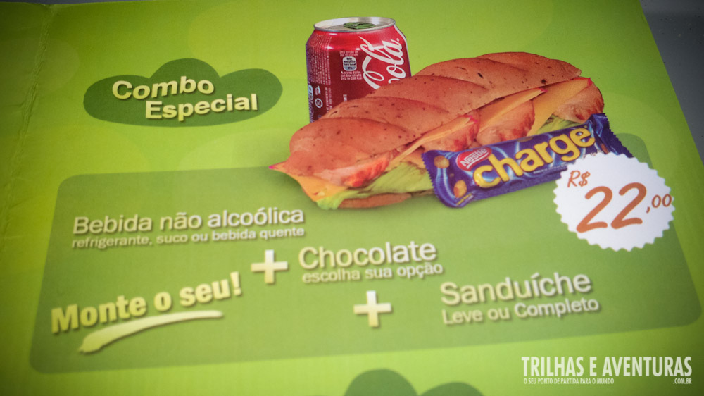 Combo de bebida, sanduiche e chocolate