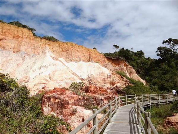 Falésias que dão acesso a praia do Club Med Trancoso