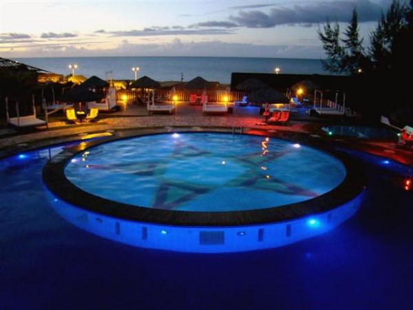 A fabulosa iluminação da piscina do Long Beach Canoa Quebrada