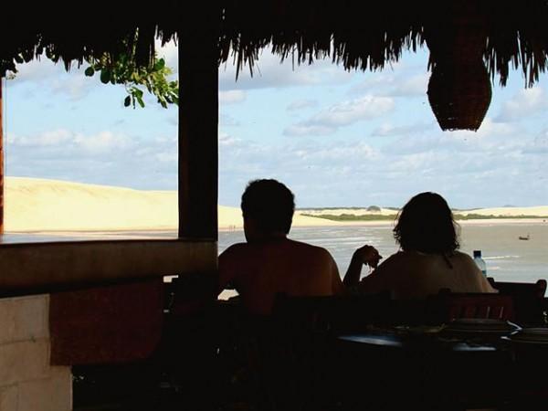 O Restaurante da Pousada Jeribá tem vista para as dunas de Jeri