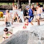 As criançinhas se divertem nas águas aquecidas