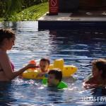 As crianças fazem a festa na água quentinha