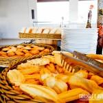 Cestas de pães variados no café da manhã