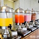 Sucos e iogurtes variados no café da manhã