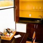 Mini-cozinha com frigobar e mesa